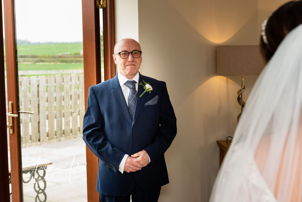 brides father seeing daughter for the first time